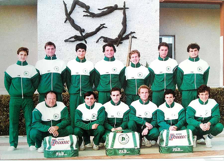 La squadra del Circolo Canottieri Ortigia negli anni '80. A destra Sandro Campagna