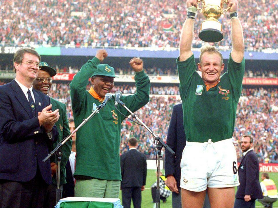 Il capitano degli Sprinboks Pienaar alza la coppa alla presenza di Nelson Mandela
