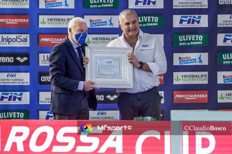 La consegna della targa commemorativa per le 400 panchine da arte di Beppe Marotta a Sandro Campagna