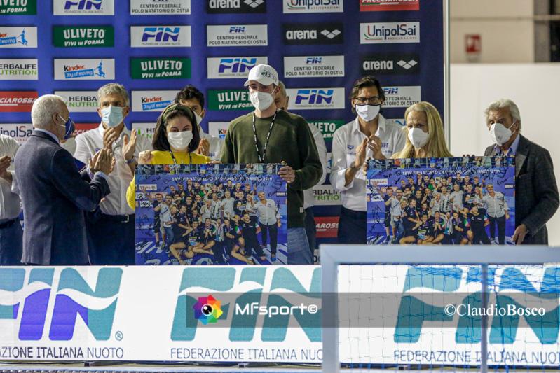 La consegna della targa con l'immagine della vittoria all'ultimo mondiale da parte del Vicepresidente della Fin, Giuseppe Marotta, ai familiari di Luca Mamprin
