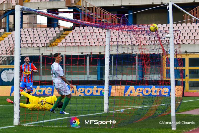 Il pallone si va ad insaccare in alto sulla rete per il gol di Matteo Di Piazza