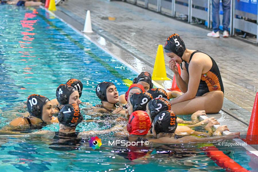 preliminary scudetto Sofia Giustini (seduta a bordo piscina) e tutta la squadra della SIS Roma