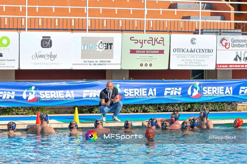Matteo Citro, coach della Rari Nantes Salerno, con la squadra al time out